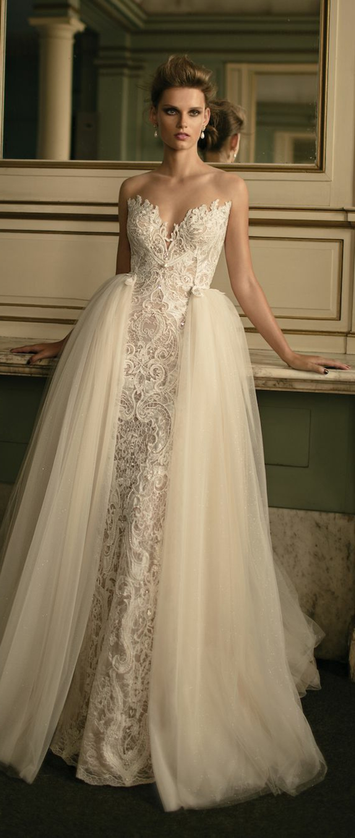 robe de mariée colorée, robe dentelle et tulle, coiffure chignon