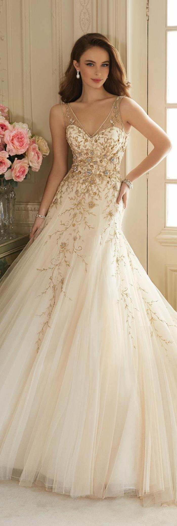 robe de mariée colorée, des ornemenst floraux et boucles d'oreille perles