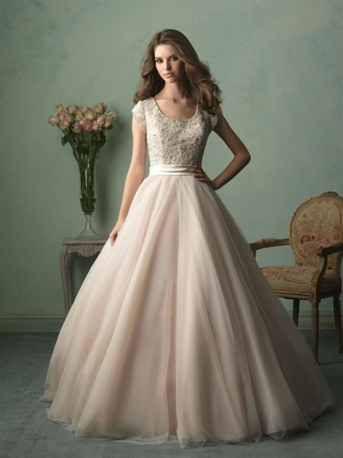 robe de mariée colorée, manches courtes et col rond, partie supérieure broderie