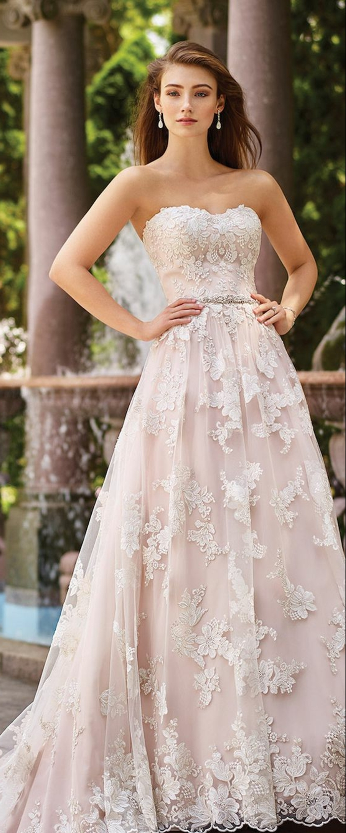 robe de mariée colorée, bustier coeur, boucles d'oreille pendantes, broderies