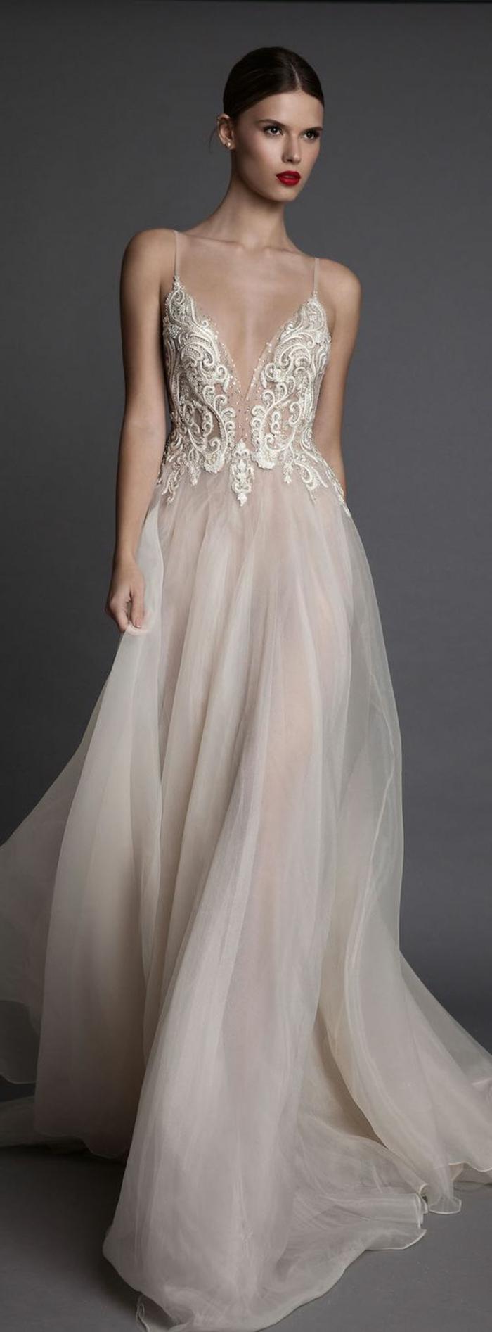 robe de mariée colorée, robe longue avec un décolleté dégagé et dentelle