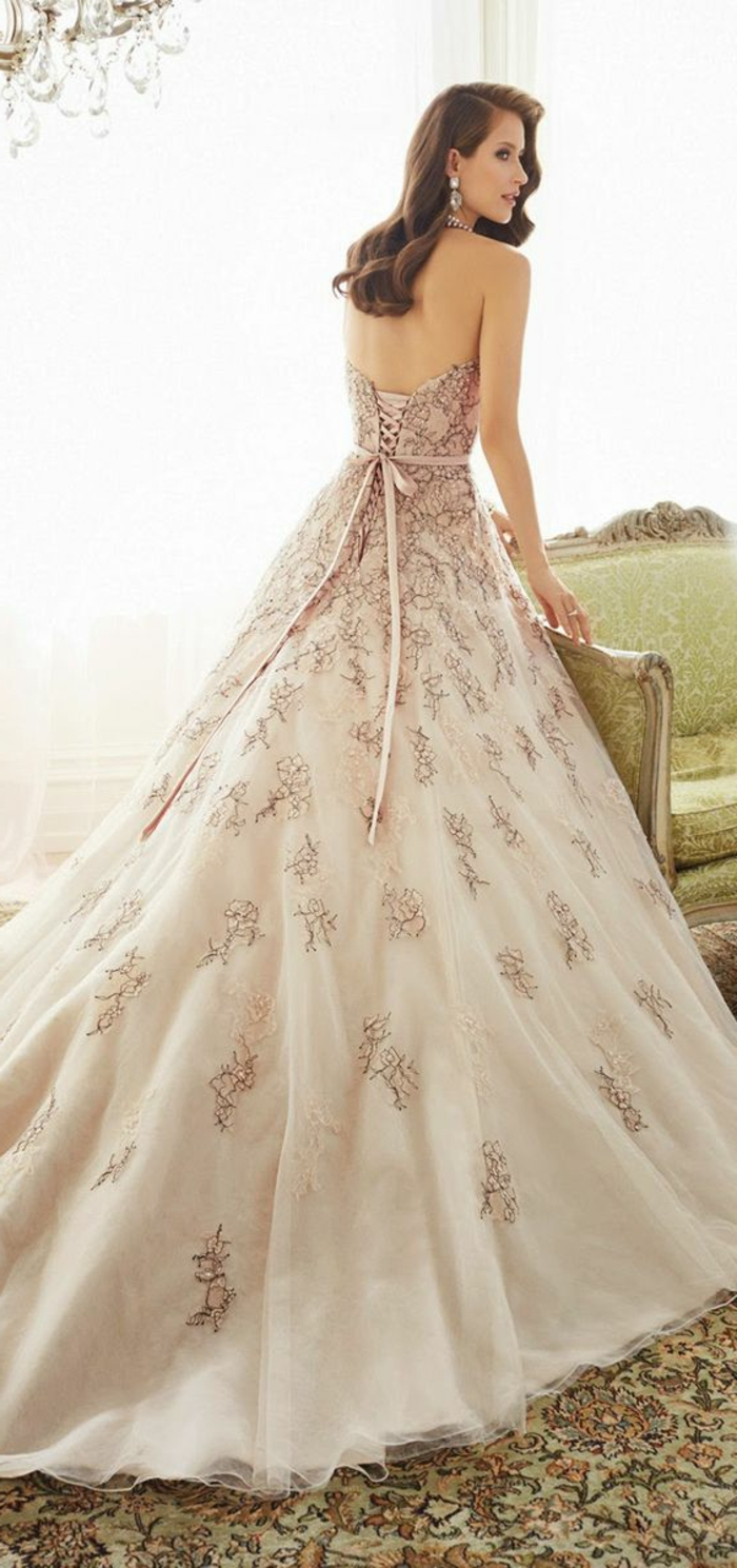 robe de mariée colorée, couleur crème, dos semi nu, une robe bouffante avec lacets au dos