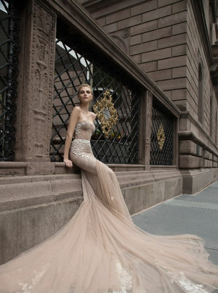 robe de mariée colorée, robe collée au corps avec une longue traîne