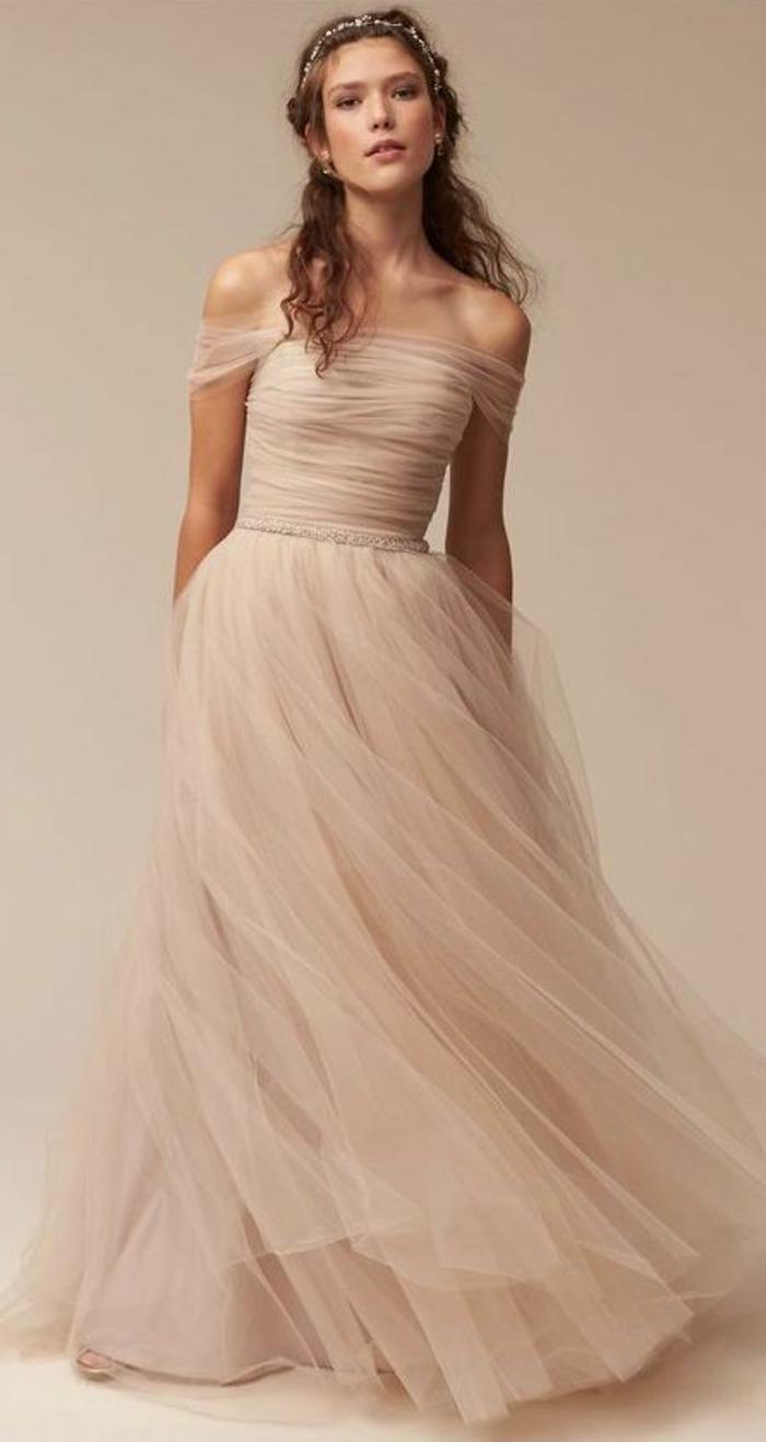 robe de mariée colorée, manches descendantes sur une robe couleur rose nude