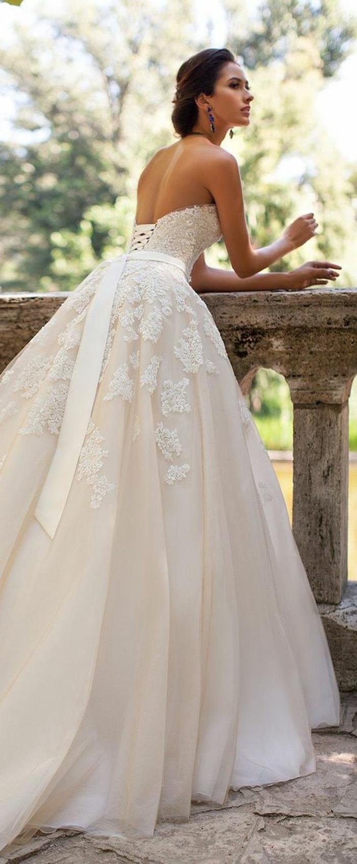 robe de mariée colorée, une robe douce avec dentelle ert lacets au dos