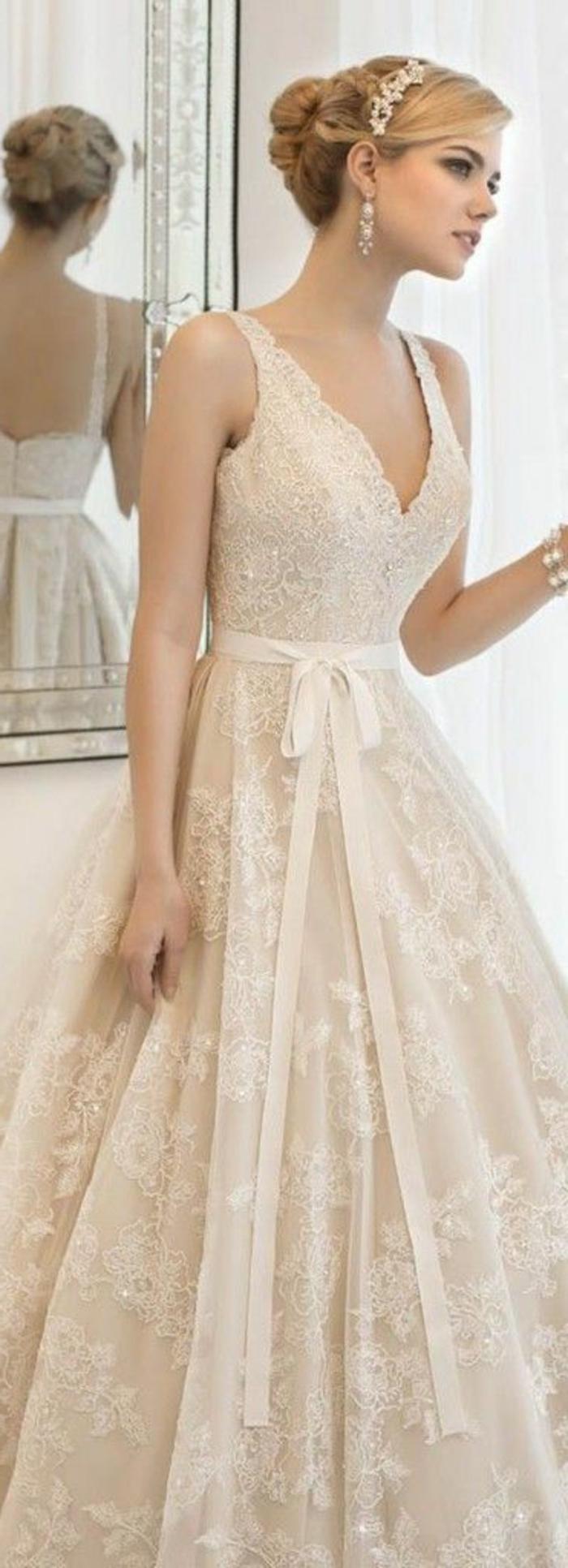 robe de mariée colorée, robe bouffante bustier coiffure chignon avec diadème
