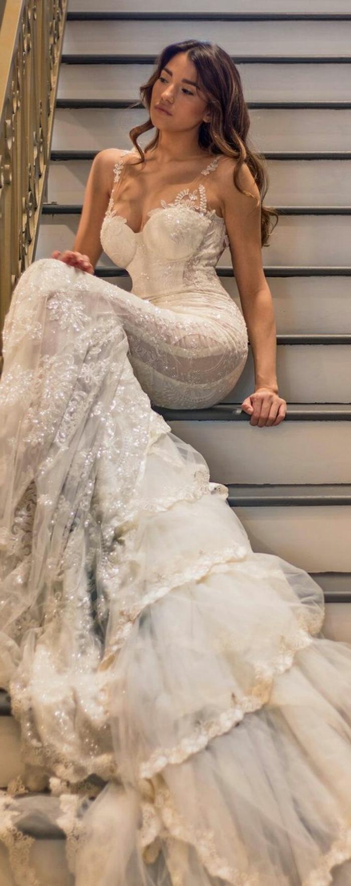 robe de mariée colorée, robe de couleur champagne collée au corps et coiffure cheveux longs ondulants