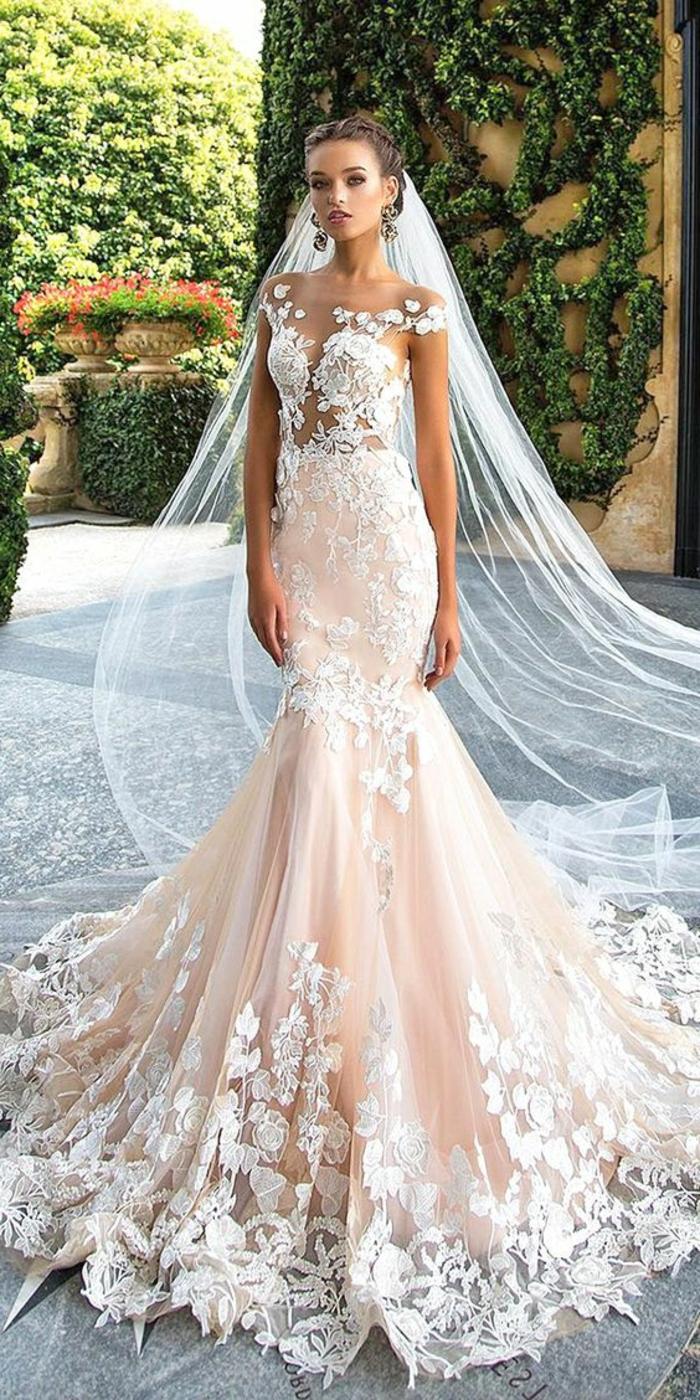 robe de mariée colorée de couleur nude, voile long motifs floraux