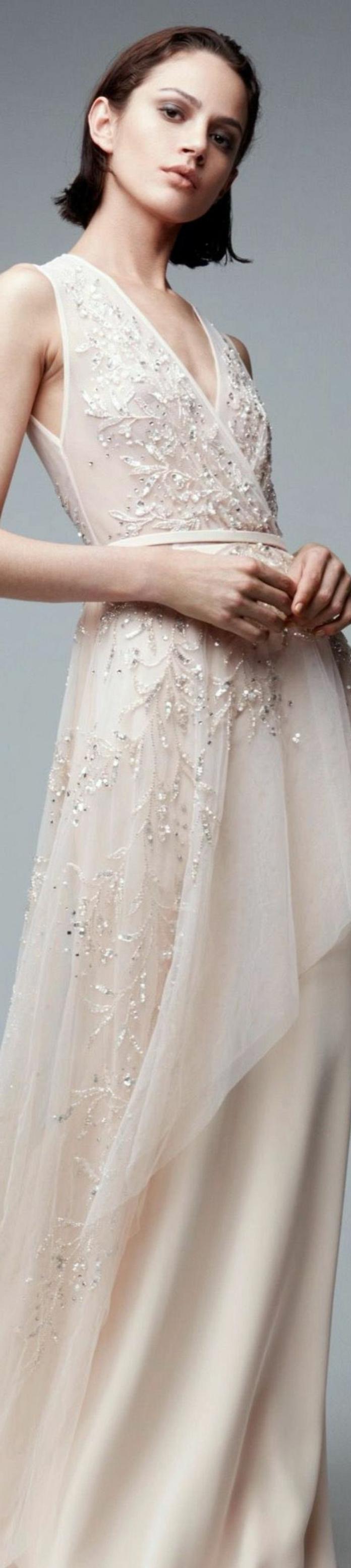 robe de mariée colorée, modèle simple avec broderies et paillettes