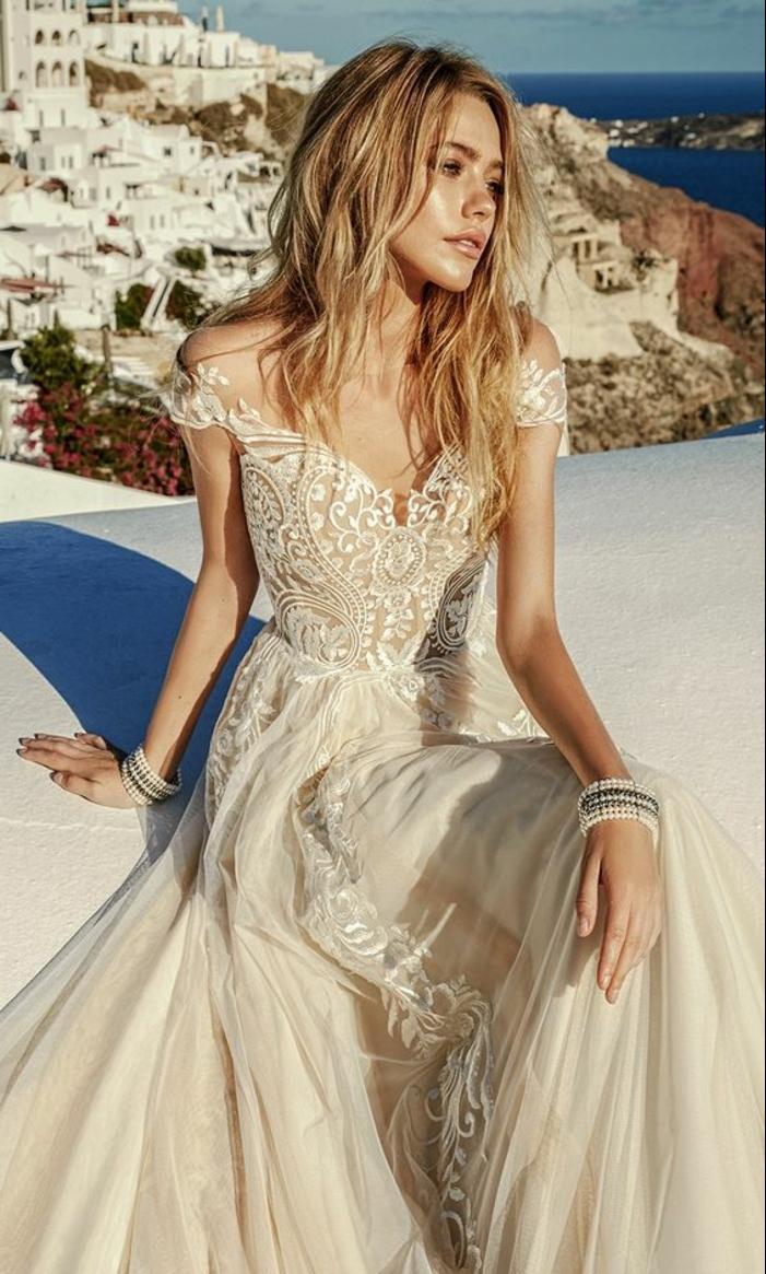 robe de mariée colorée, robe avec manches courtes et belle broderie