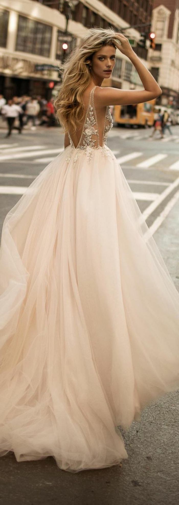 robe de mariée couleur champagne, robe dos nu, cheveux ondulantes