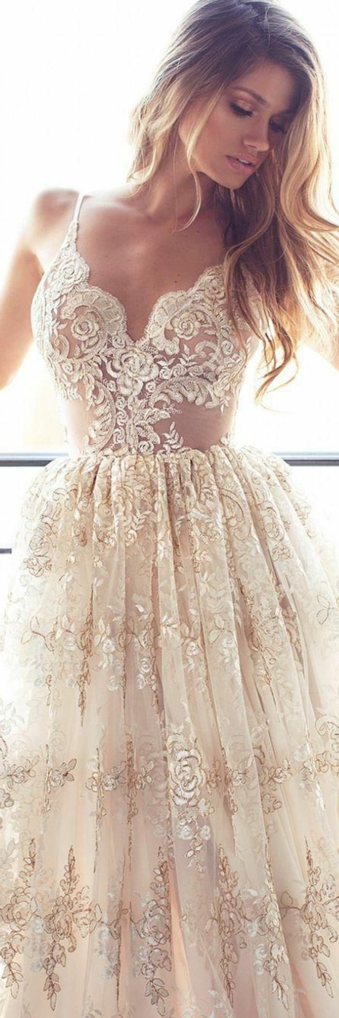 robe de mariée couleur champagne, robe avec broderie et avec bustier et petites bretelles