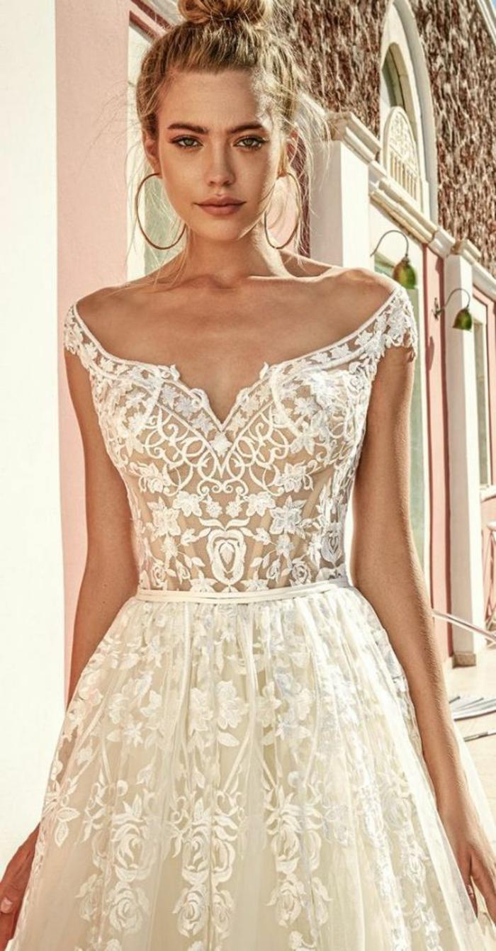 robe de mariée couleur champagne, robe bustier avec broderie et coiffure chignon