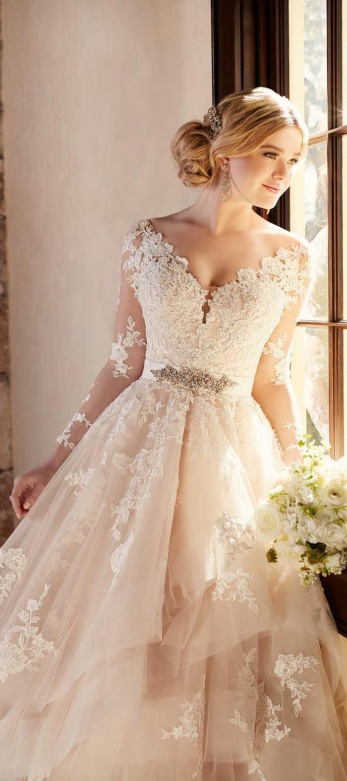 robe de mariée couleur champagne, robe évasée couleur champagne, manches-longues