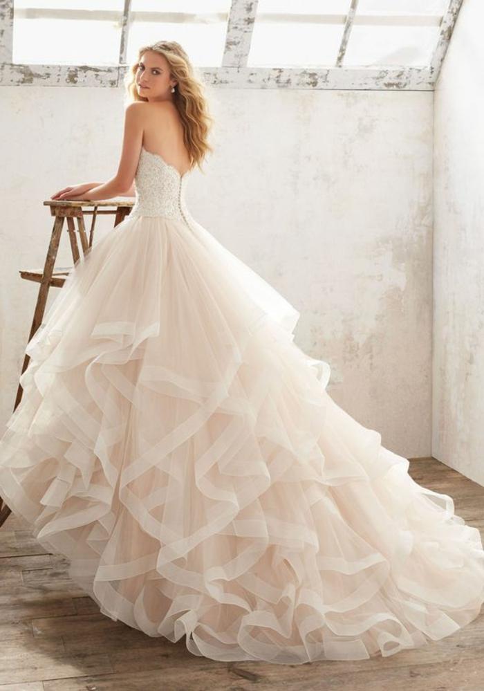 robe de mariée couleur champagne, robe longue magnifique au dos nu