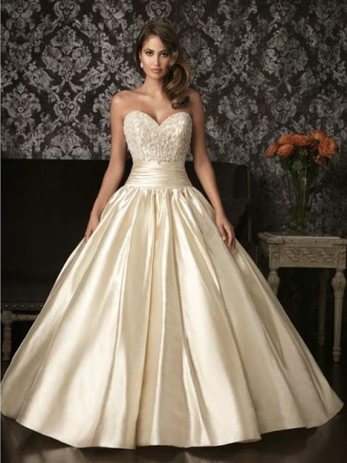 robe de mariée couleur champagne, bustier coeur, boucles d'oreille perles