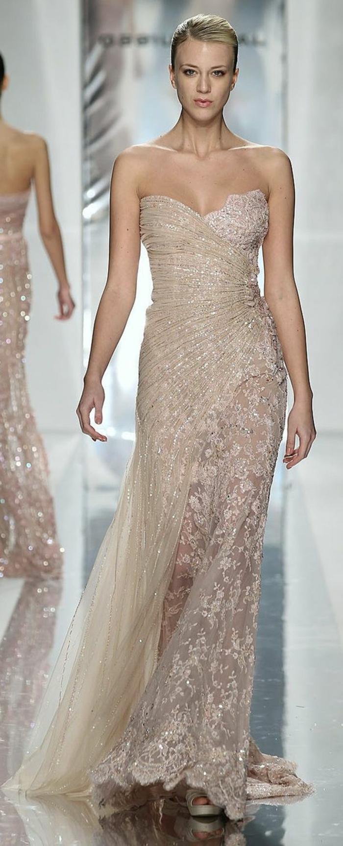 robe de mariée couleur champagne, coiffure chignon, bustier plongeant