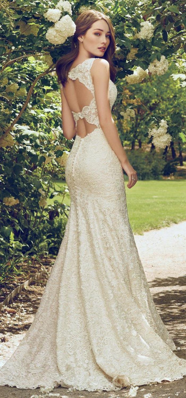 robe de mariée couleur crème, dos nu, traîne courte, coiffure asymétrique