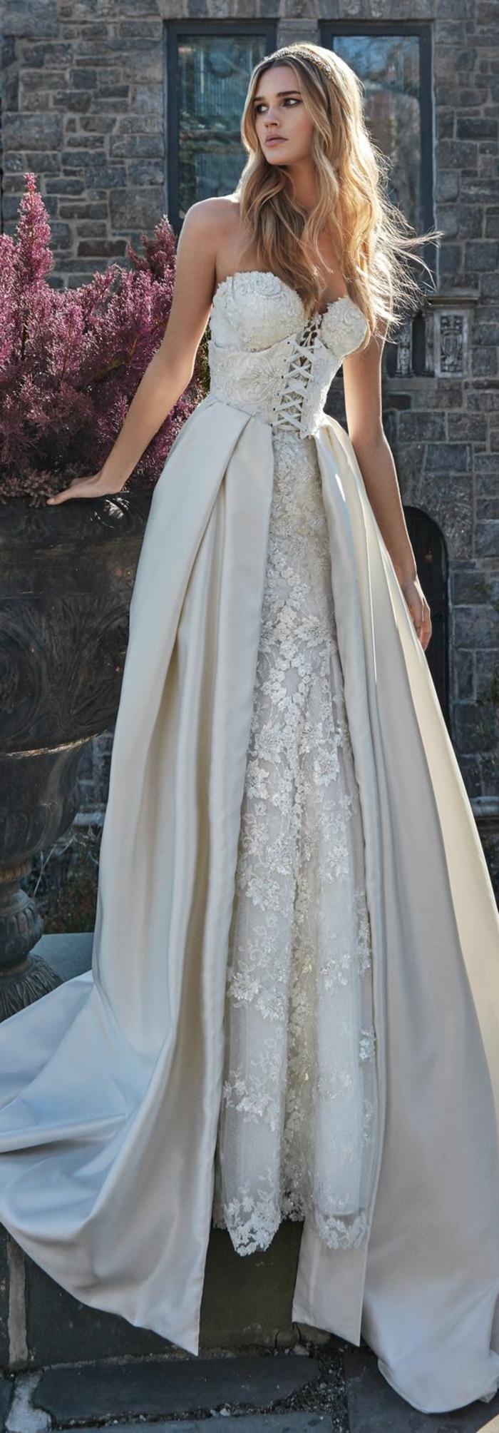 robe de mariée de couleur, robe bustier avec lacets, broderies au long de la partie basse