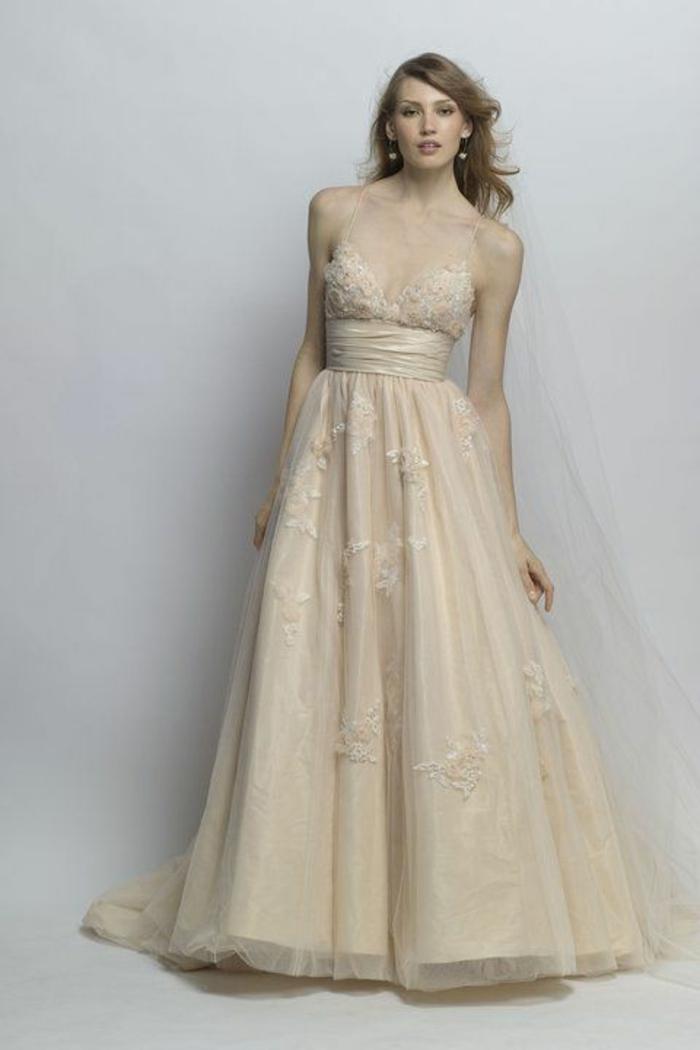 robe de mariée de couleur, bretelles fines et ceinture en tissu, décolleté très plongeante