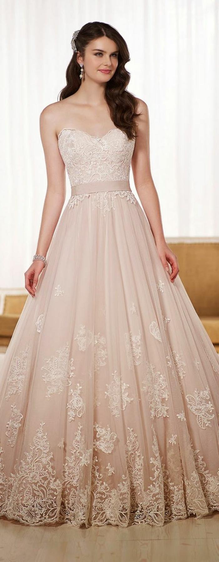 robe de mariée de couleur, robe longue princesse, motifs floraux et coiffure semi attachée