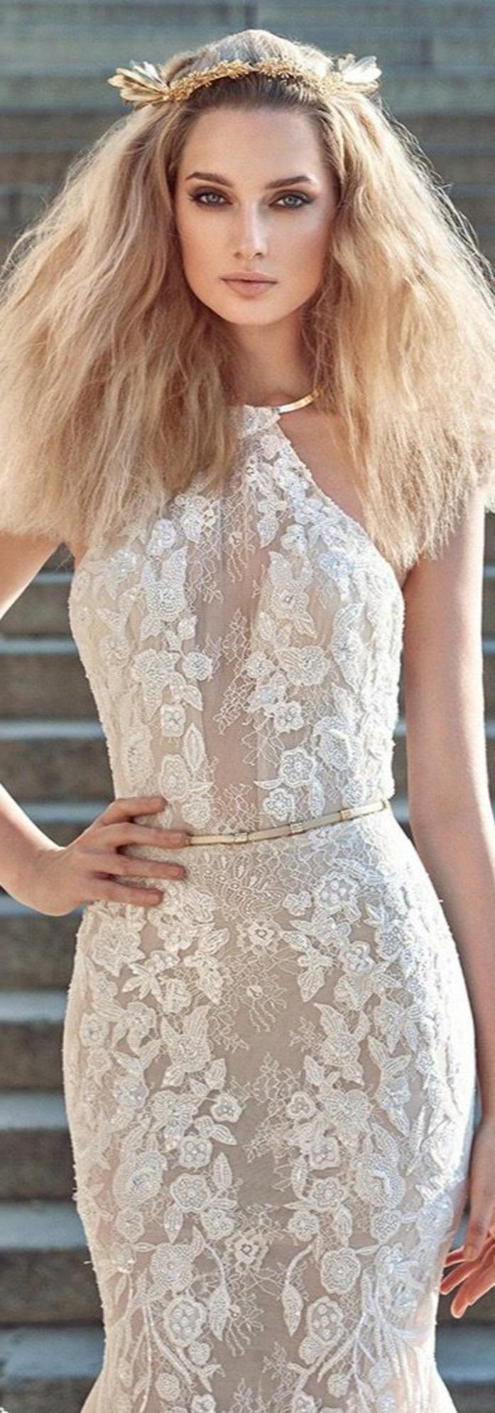 robe de mariée de couleur champagne, modèle de robe collé au corps