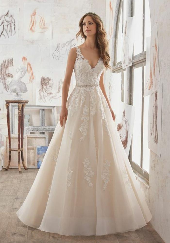 robe de mariée de couleur, décolleté triangle, robe longue au sol et coiffure romantique