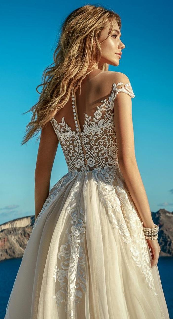 robe de mariée de couleur, dos en dentelle, bijoux boho et coiffure loose