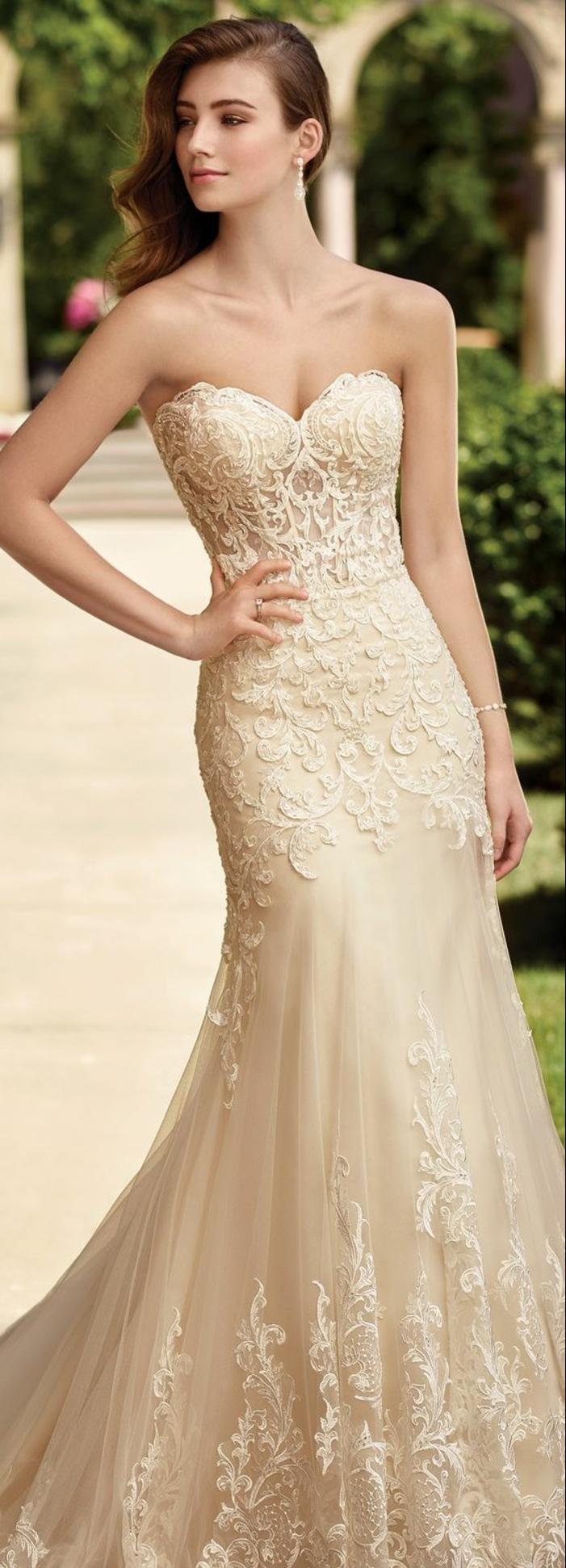 robe de mariée de couleur, robe collant au dos, robe bustier, coiffure asymétrique
