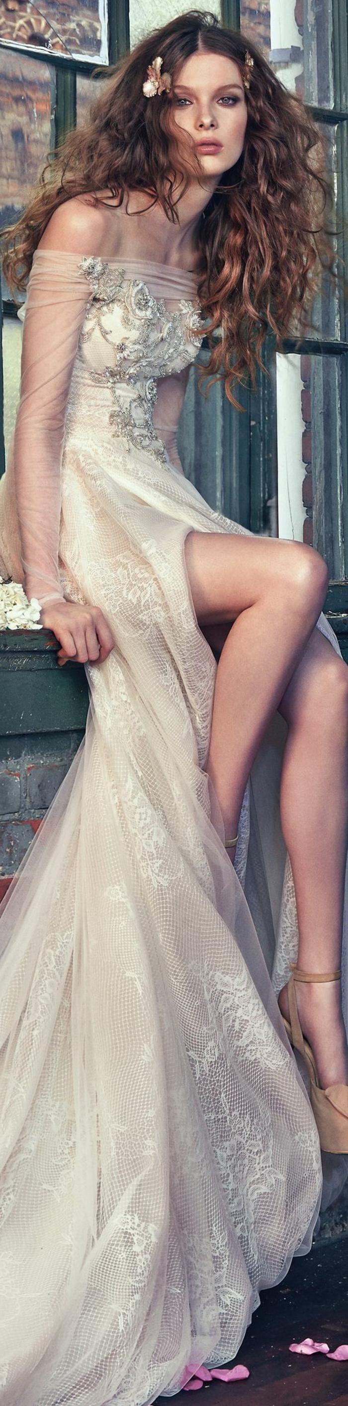 robe de mariée de couleur, grande fente, manches de chiffon, coiffure bohème