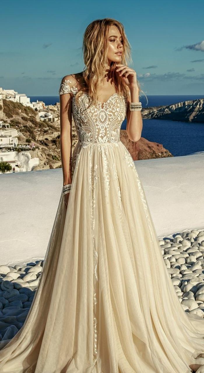 robe de mariée de couleur, manches courtes et partie supérieure broderie