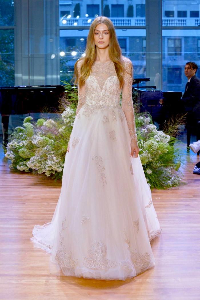 robe de mariée de couleur nude, longues manches et décolleté de chiffon