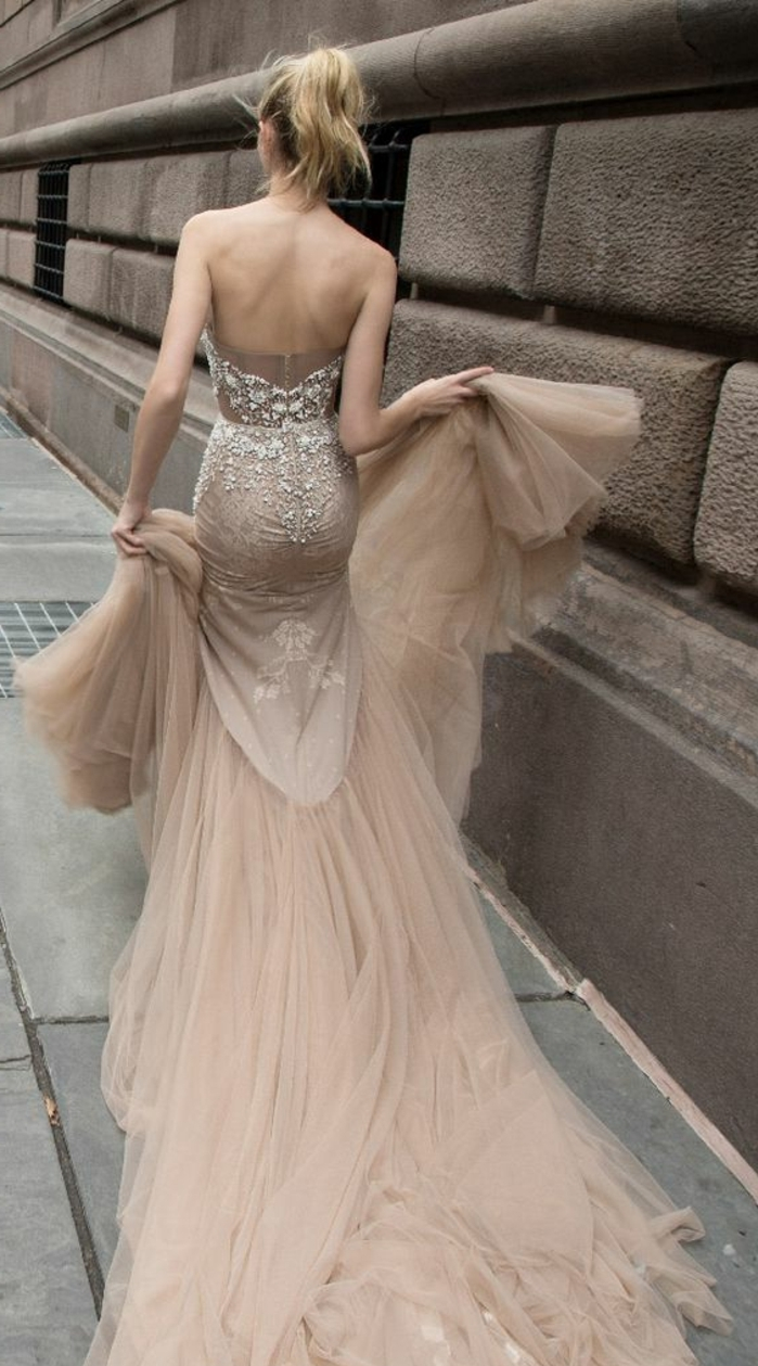 robe de mariée de couleur, une très longue traîne, dos nu et queue de cheval