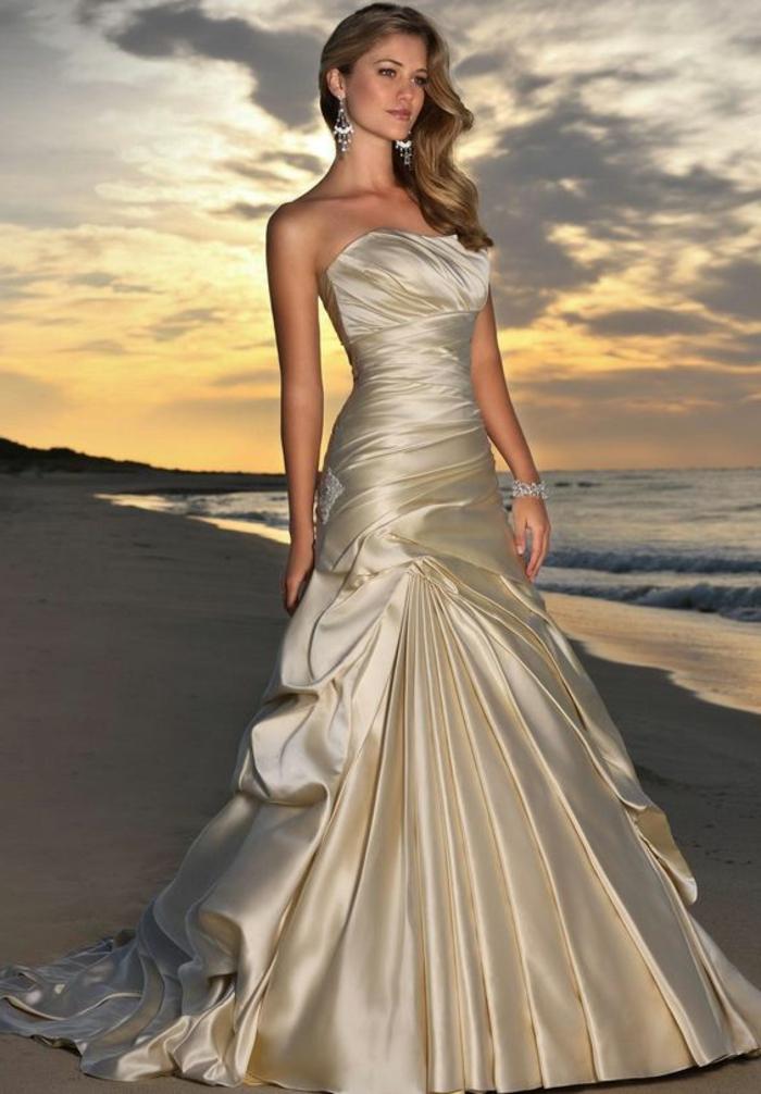 robe de mariée de couleur écru avec traîne, robe bustier, style mermaid