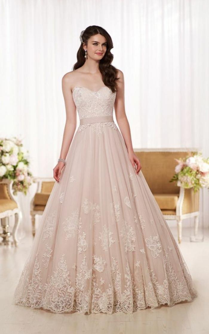 robe de mariée de couleur, robe bustier en couleur beige rose, broderies et coiffure asymétrique