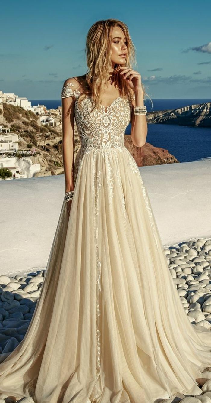 robe de mariée de couleur nude, cheveux boho chic, manches courtes