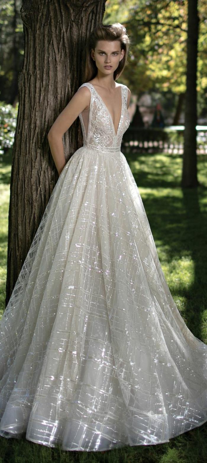 robe de mariée de couleur écru, décolleté plongeant triangulaire,fils étincellants