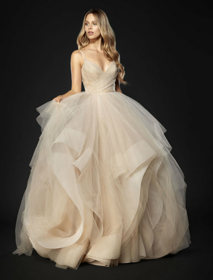 robe de mariée de couleur nude, robe bouffante et décolleté plongeant