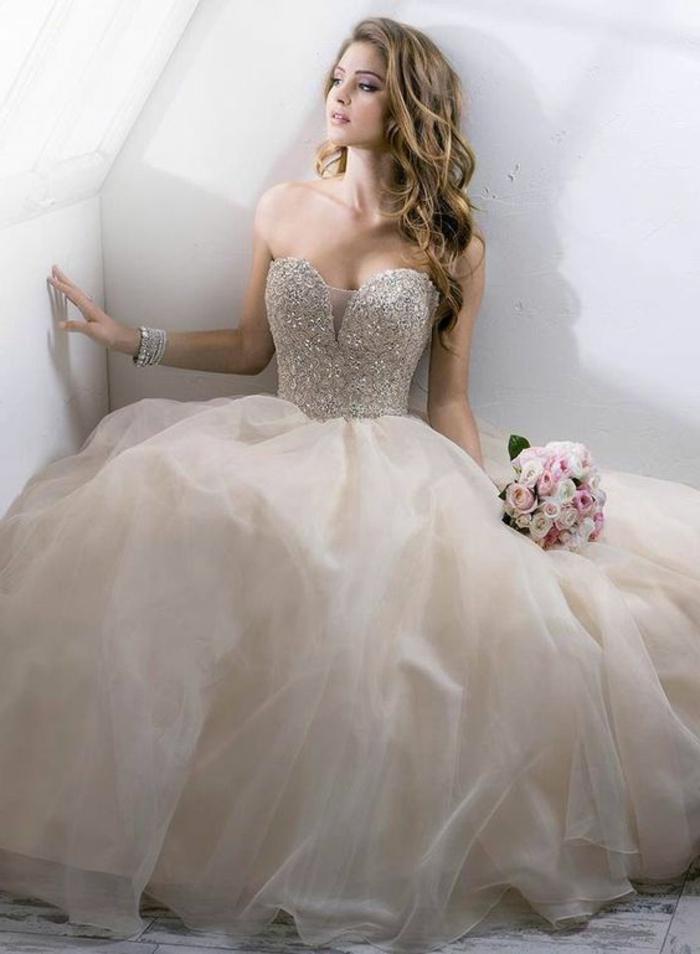 robe de mariée de couleur, robe boffante avec décolleté coeur, cheveux ondulants