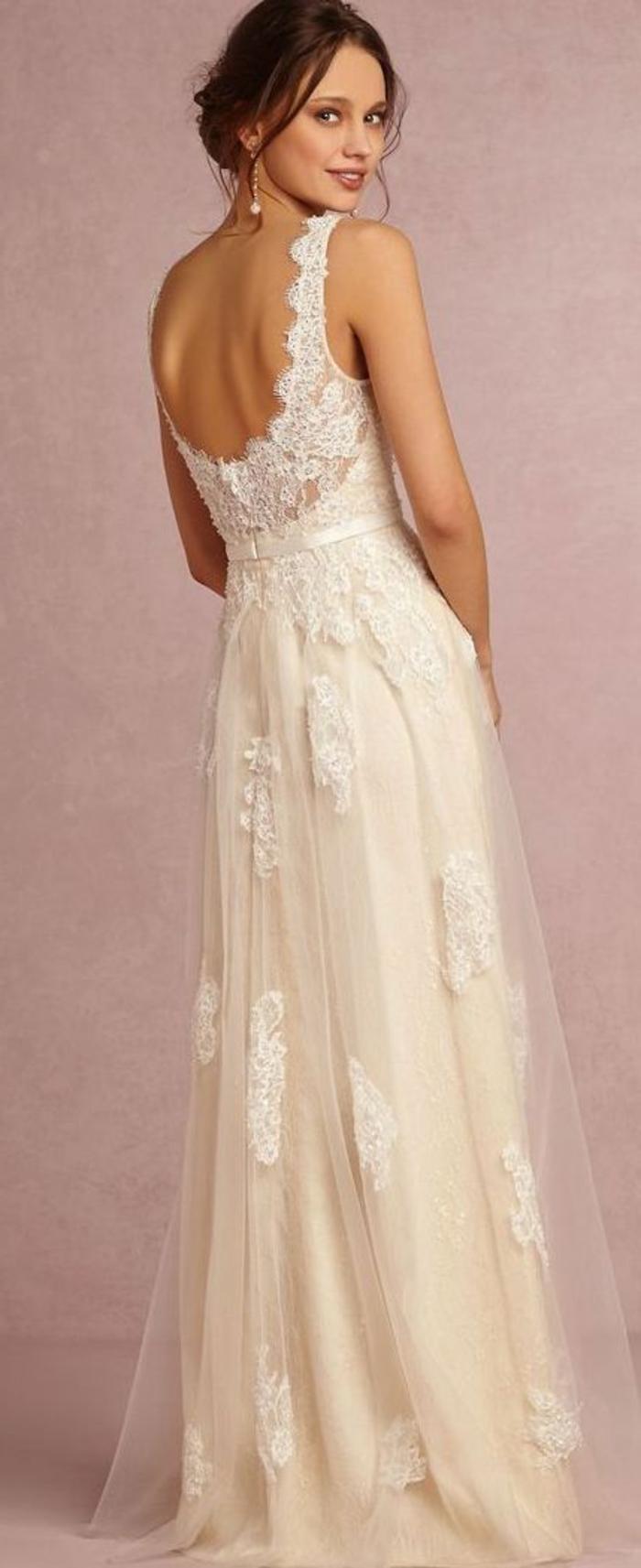 robe de mariée, dos nu, bretelles, robe avec tulle et coiffure en chignon