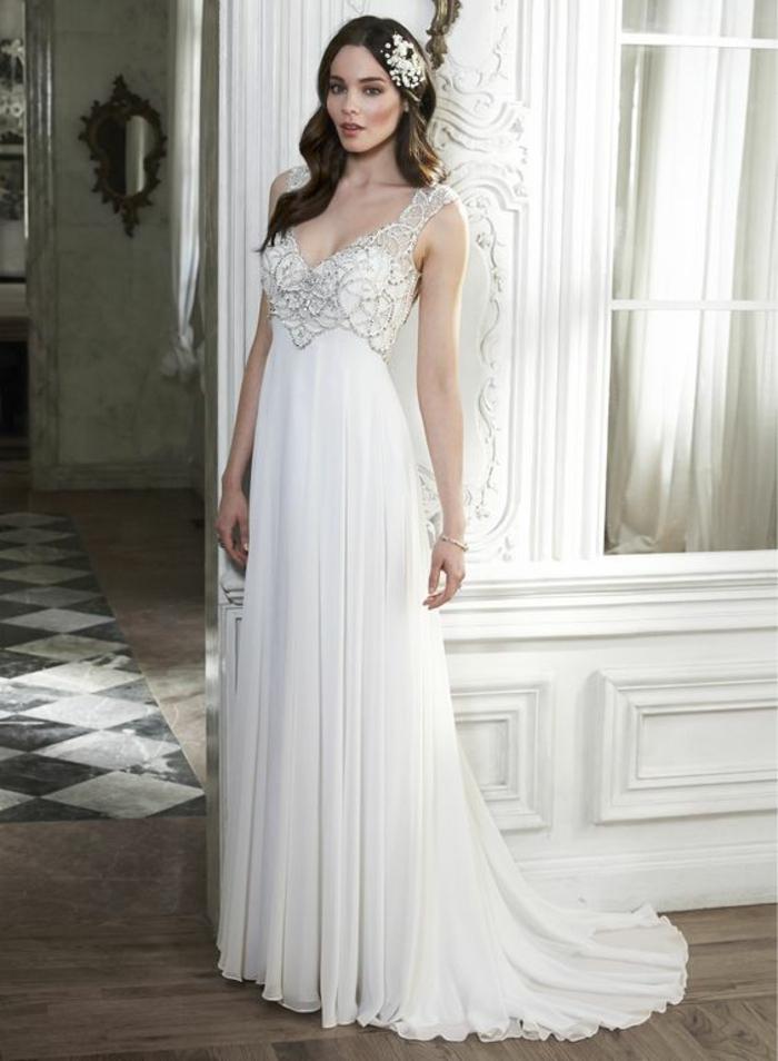 robe de mariée style empire d'une coupe fluide, joli décolleté brodé de perles, coiffure romantique orné d'accessoire cheveux en strass