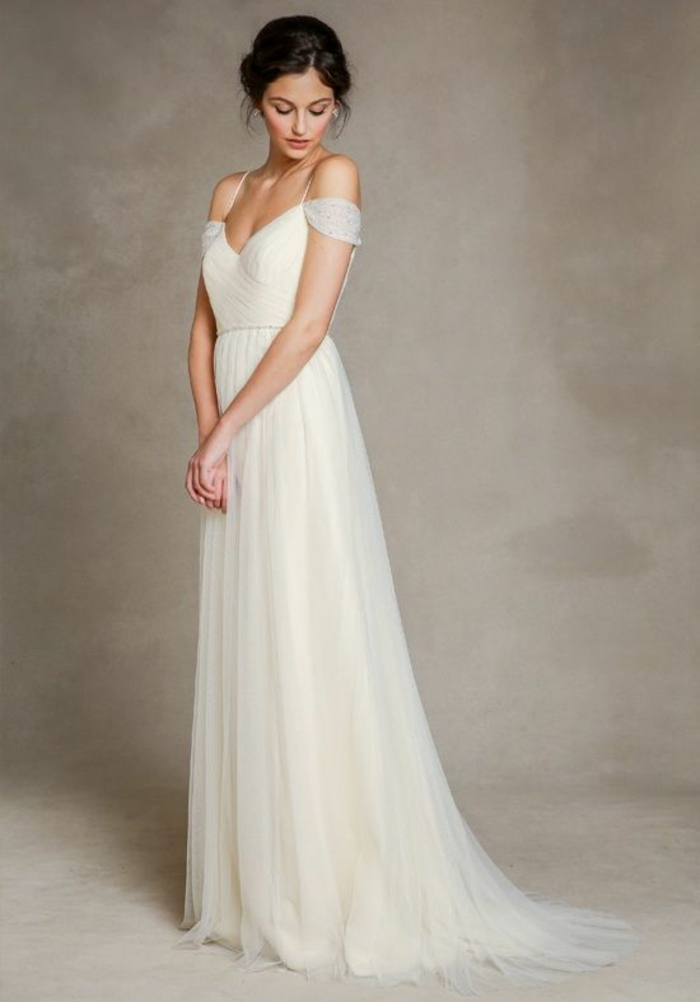 modèle de robe mariée empire aux épaules dénudées, coupe légère et fluide pour une allure romantique