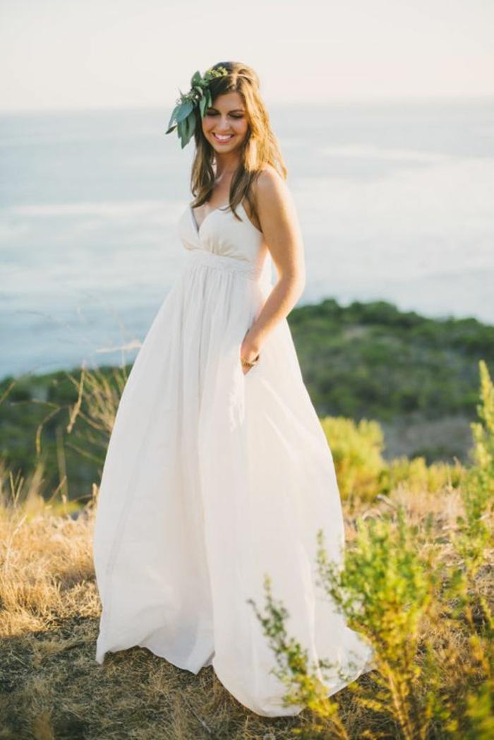 robe mariée bohème chic fluide pour un mariage à la plage, robe mariée à fines bretelles