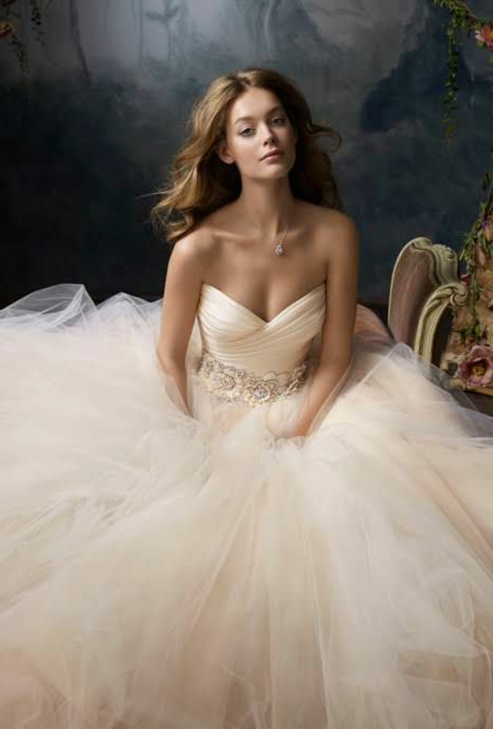 robe de mariée en couleur rose nude, une robe bustier bouffante