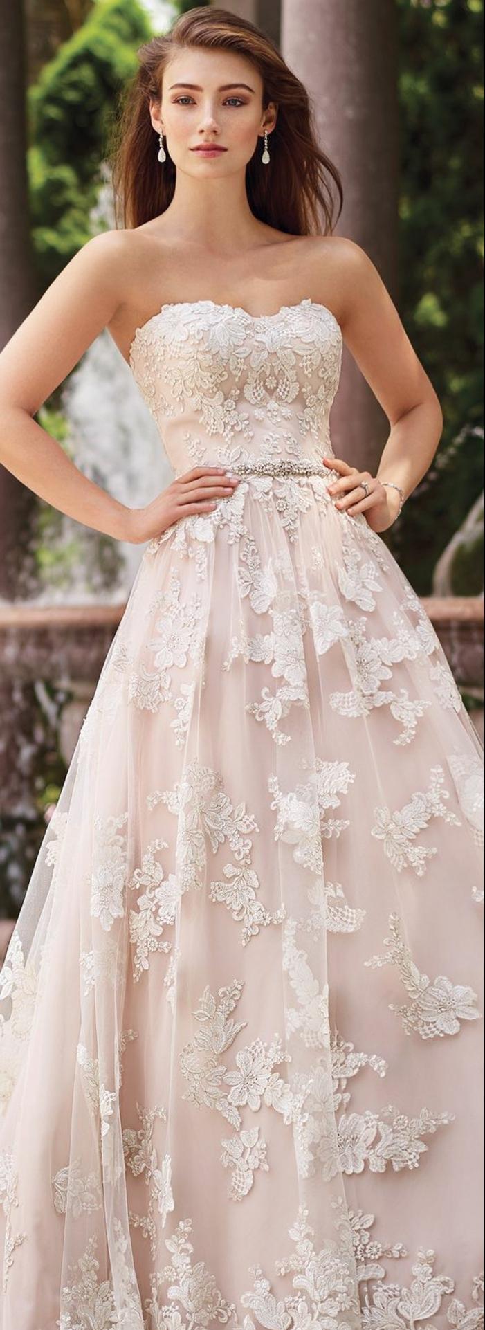 robe de mariée en couleur rose nude, robe bustier, boucles d oreilles pendantes