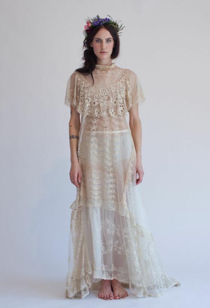 robe de mariée en couleur nude, modèle vintage, couronne de fleurs à la tête