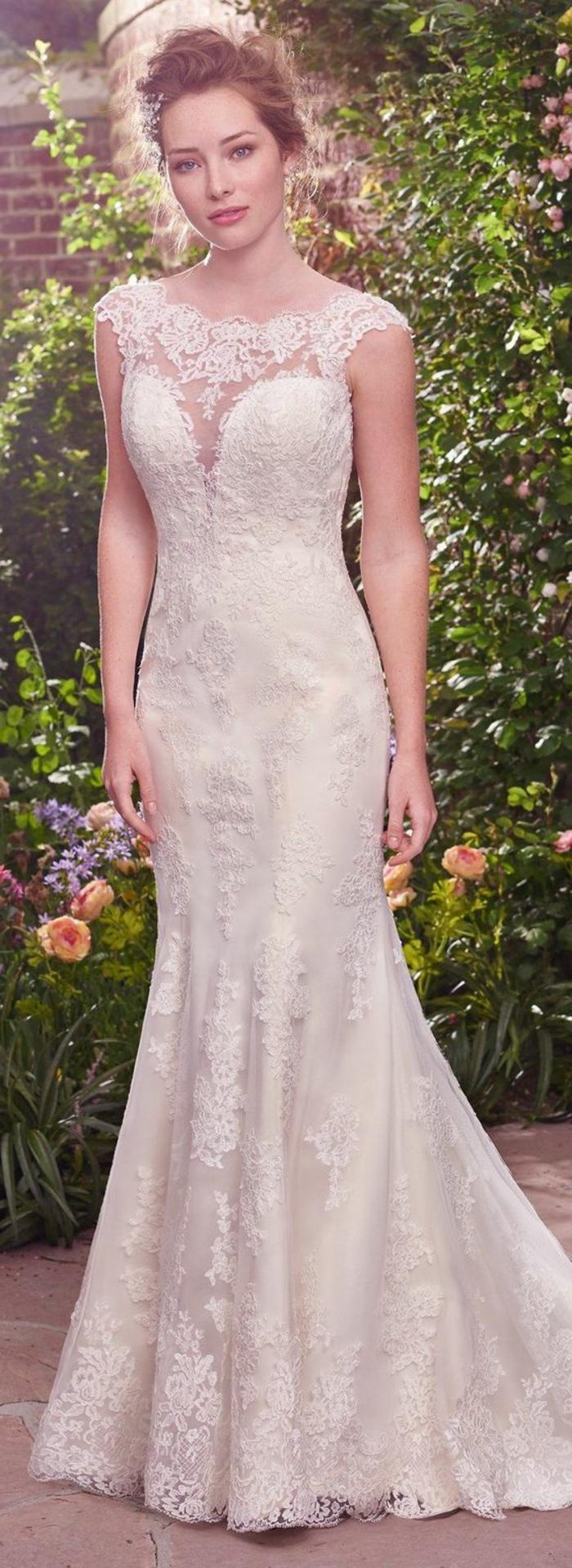 robe de mariée sirène, broderies, chignon original, décoleté tulle et broderie