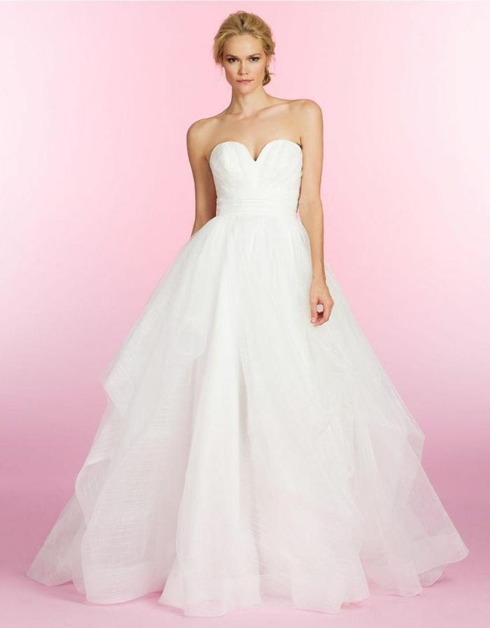 une robe empire longue à jupe bouffante et volumineuse, bustier plongeant ajusté