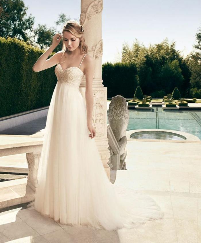 une robe de mariée de style empire avec fines bretelles et bustier cœur joliment brodé