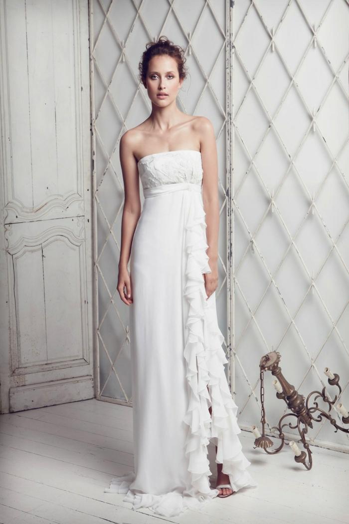 robe mariée à coupe droite et fluide, robe mariée empire sans bretelles avec fente chic